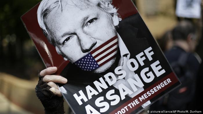 Afiche de protesta contra la detención de Julian Assange.