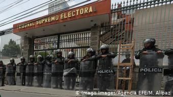 Foto de policías resguardando el Tribunal Supremo Electoral de Bolivia