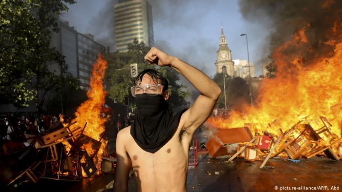 Chile, Santiago: Brände und Proteste (picture-alliance/AP/R. Abd)