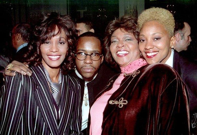 Whitney Houston, Bobby Brown, Cissy Houston y Robyn Crawford. (AP)