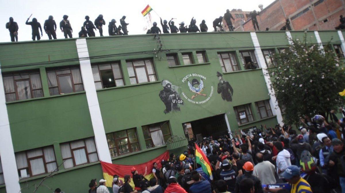 Motín policial en las puertas de la Policía en Cochabamba. Dico Solís