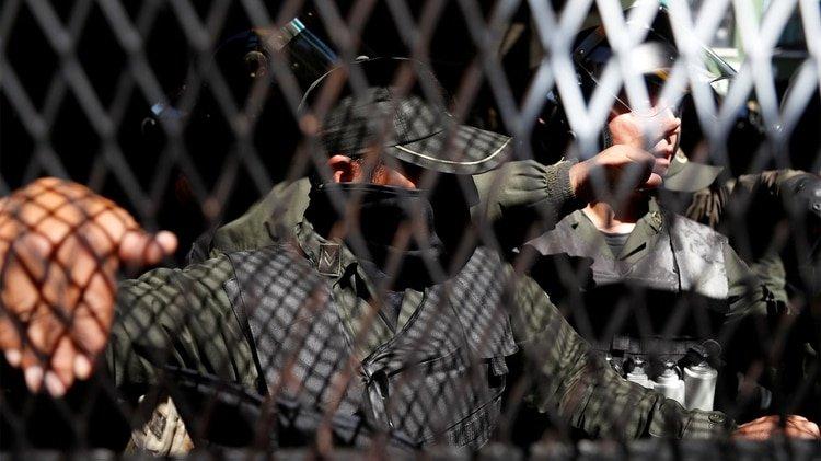 Policías que se amotinaron en La Paz (REUTERS/Carlos Garcia Rawlins)