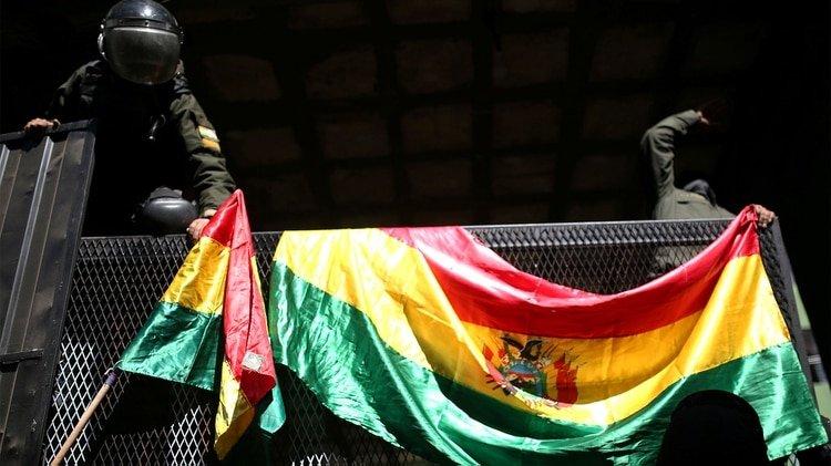Los policías colgaron banderas bolivianas en las vallas que protegen el Palacio Presidencial (REUTERS/Luisa Gonzalez)