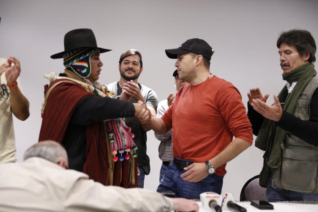 El dirigente de una fracción de los Ponchos Rojos, Nelson Condori, junto a Luis Fernando Camacho.