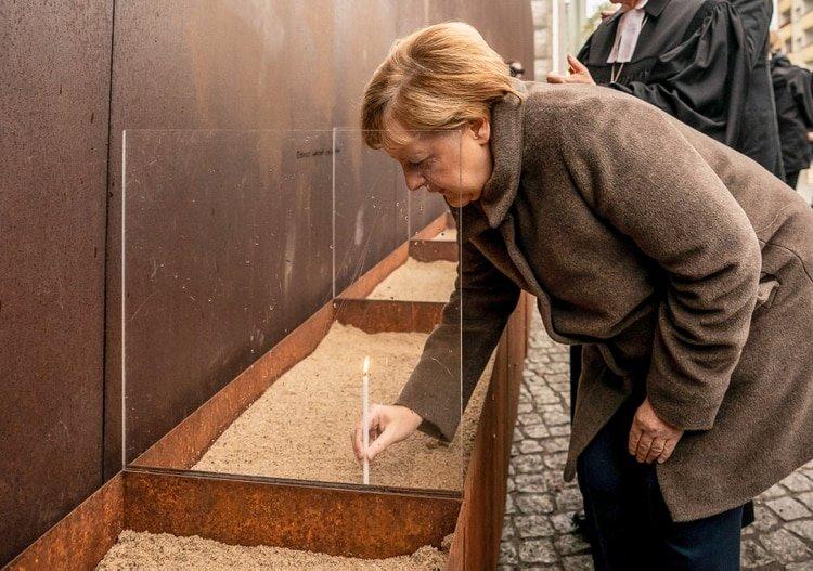 El homenaje de Merkel (Michael Kappeler / dpa / AFP) / Germany OUT