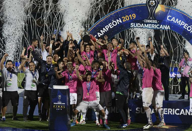 Los campeones celebran el título en el estadio La Nueva Olla, de Asunción. Foto. AFP