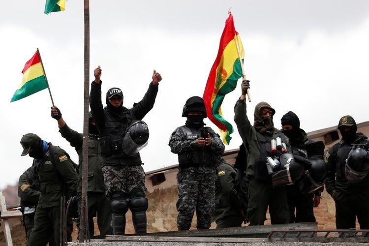 Policía demostrando su apoyo a los manifestantes que marcharon el sábado por las calles de La Paz. (REUTERS/Carlos Garcia Rawlins)