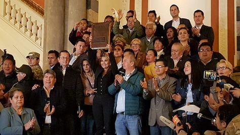 La presidenta de Bolivia, Jeanine Añez, levanta la Biblia en el viejo Palacio de Gobierno