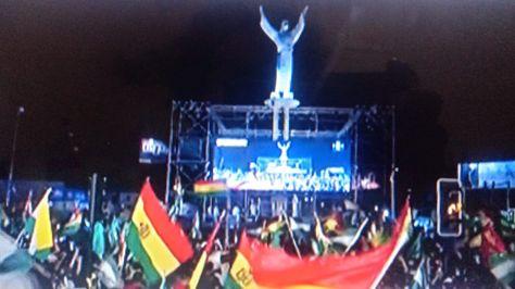 El festejo por el nuevo Gobierno en la rotonda del Cristo Redentor, en Santa Cruz.