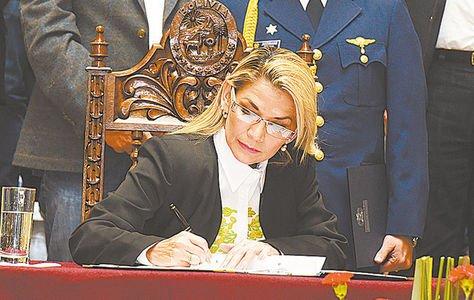 Acuerdo. La presidenta Jeanine Áñez promulga la ley que convoca a nuevas elecciones generales.