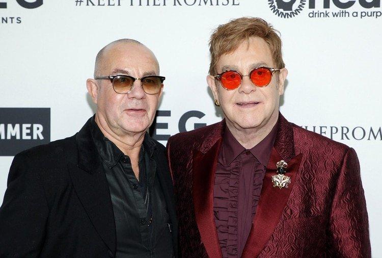 El cantante Elton John, a la derecha, y el compañero de composición Bernie Taupin, posan en el 70 ° cumpleaños de Elton John y en la asociación de compositores de 50 años con Bernie Taupin, beneficiando a la Fundación Elton John AIDS y al Museo de Martillos UCLA en los Estudios RED Hollywood en Los Ángeles, el 25 de marzo. 2017. REUTERS / Danny Moloshok