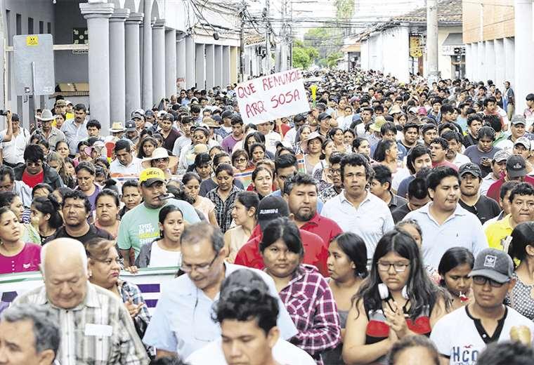Una numerosa marcha llegó ayer hasta el edificio del Concejo. Hoy volverán a tomar las calles. FOTOS: HERNÁN VIRGO Y JORGE GUTIÉRREZ