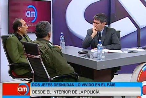 Los coroneles Jorge Campos y Jhony Tapia hablan con Jhon Arandia.