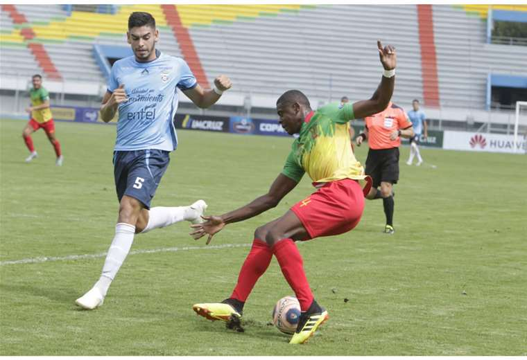 Ubah se lleva la pelota ante la marca de Carrasco. Blooming enfrenta a Municipal Vinto en Cochabamba. Foto: APG
