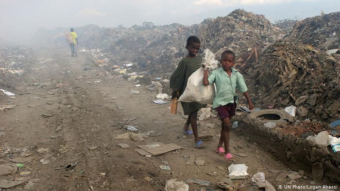 UN Millenniumsziele Kinder sammeln Müll in Haiti (UN Photo/Logan Abassi)