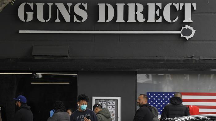 Los estadoundenses se apuran a comprar papel sanitario y... armas. (picture-alliance/AP Photo/M.J. Terrill)