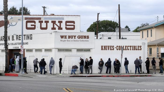 Fila para comprar armas en Culver City, Los Angeles, California. (picture-alliance/AP Photo/Ringo H.W. Chiu)
