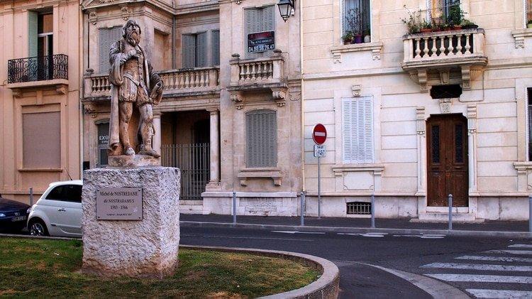 Una estatua de Nostradamus en Salon-de-Provence, el pueblo en el que falleció