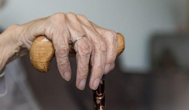 Resultado de imagen para mujer anciana con coronavirus