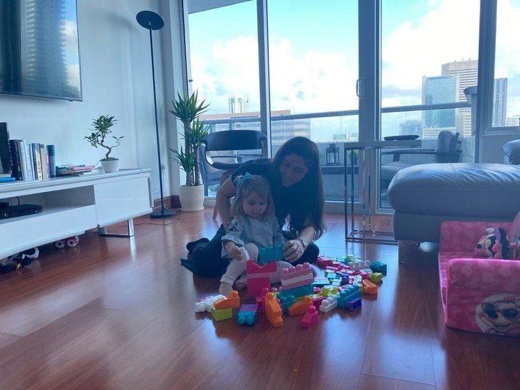 Soledad Cedro juega con su hija en su casa de Miami. Toda su familia está en aislamiento por haber contraído COVID-19 (Soledad Cedro/Infobae)