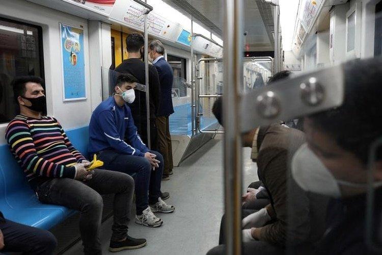 FOTO DE ARCHIVO. Pasajeros usan mascarillas protectoras tras el brote de coronavirus, mientras se sientan en el metro de Teherán, en Irán. 17 de marzo de 2020. Imagen proporcionada por un tercero. WANA (West Asia News Agency)/Ali Khara vía REUTERS.