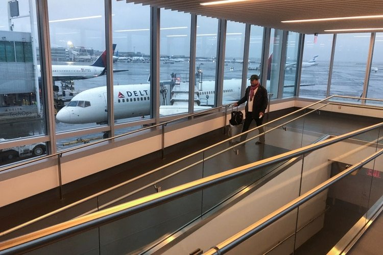 Un viajero se prepara para abordar un vuelo de Delta a San Francisco, después de que se confirmaron otros casos de coronavirus en Nueva York, en el Aeropuerto Internacional JFK de Nueva York.. REUTERS/Shannon Stapleton