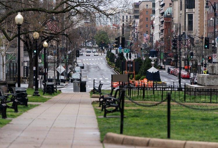 Una calle vacía en Connecticut. Foto: REUTERS/Joshua Roberts