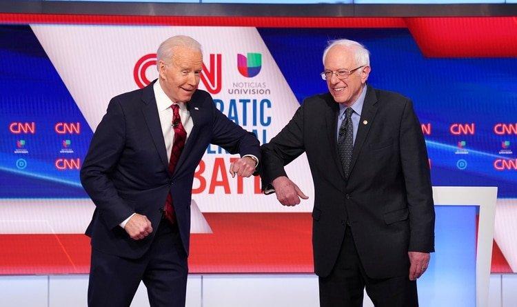 Los candidatos demócratas se saludan con el codo como manera de prevención ante el avance del coronavirus. Foto: REUTERS/Kevin Lamarque