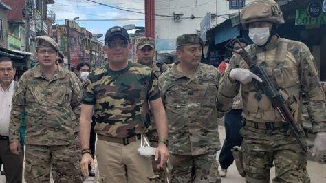 El ministro de Defensa, Luis Fernando López junto a efectivos de las FFAA en Yacuiba, en inspección a un paso fronterizo con Argentina.