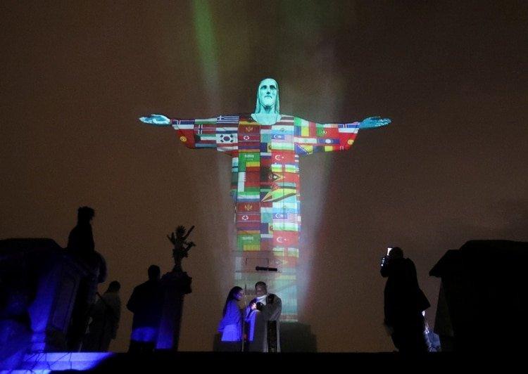 El cristo redentor de Río de Janeiro se ilumino con las banderas de los países afectados por el coronavirus en las noches del 18 de marzo.