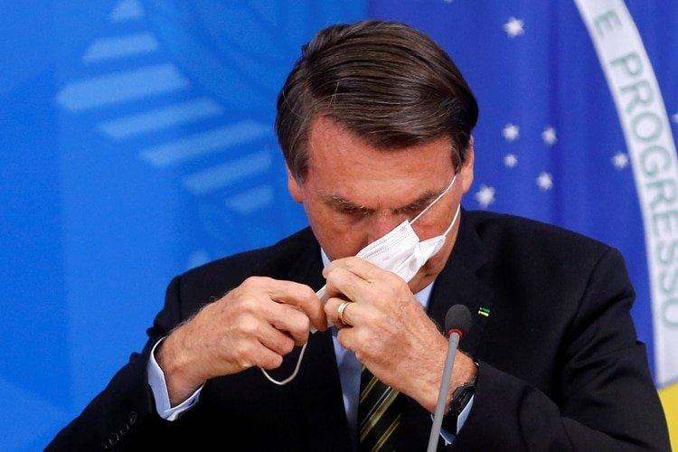 Jari Bolsonaro se ajusta un barbijo antes de dar un a conferencia de prensa. Brasil es el país más afectado de la región.