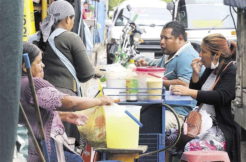 La venta de comidas en la calle es la forma de vida de muchas familias en Santa Cruz, con condiciones que complican las medidas. Foto: Hernán Virgo
