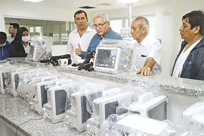 Costas muestra parte del equipamiento del nuevo hospital