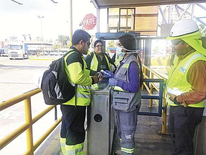 Funcionarios chilenos en plena tarea de control en Arica