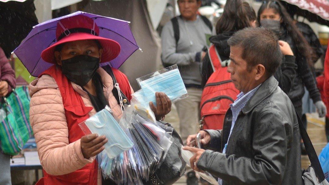 La venta de barbijos en la ciudad de Cochabamba, ayer.NOÉ PORTUGAL
