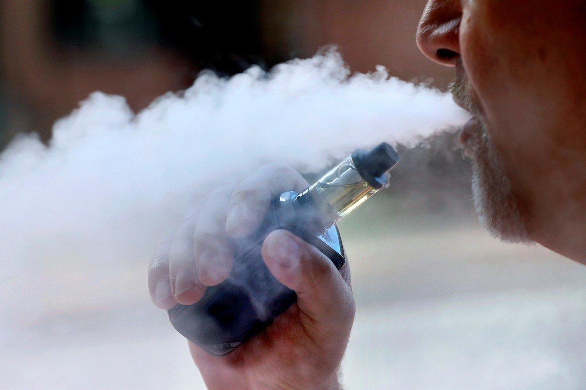 """La advertencia por los riesgos mayores de contraer enfermedades como coronavirus se extiende a aquellos que tienen el hábito de """"vapear"""" con cigarrillos electrónicos (foto de  (foto de AP)."""