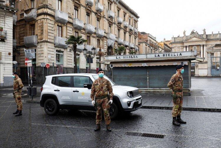 Soldados italianos con barbijos en Catania el 21 de marzo de 2020 (REUTERS/Antonio Parrinello)