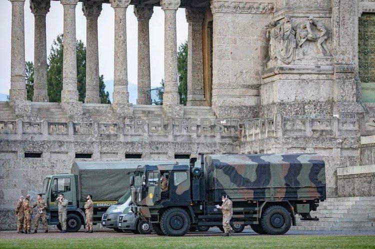 Militares italianos en el cementerio de Bérgamo después de que el ejército fue desplegado para transportar ataúdes del cementerio a las provincias vecinas, después de que el cementerio se viera abrumado el 18 de marzo de 2020 por el brote del coronavirus (COVID-19), en Italia (Sergio Agazzi. Fotogramma via REUTERS)