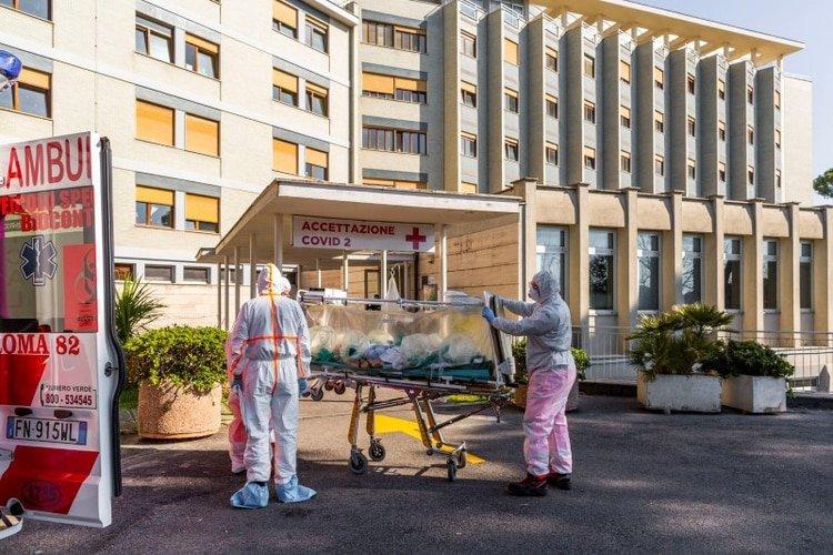 Un paciente con coronavirus llega en una camilla al Hospital Covid Columbus, que ha sido asignado como uno de los nuevos hospitales de tratamiento de coronavirus en Roma, Italia, el 16 de marzo de 2020 (Policlínico Gemelli via REUTERS)