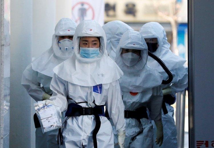 Trabajadores médicos se dirigen a una instalación hospitalaria para tratar a pacientes con coronavirus en Daegu, Corea del Sur, el 14 de marzo de 2020 (REUTERS/Kim Kyung-Hoon)