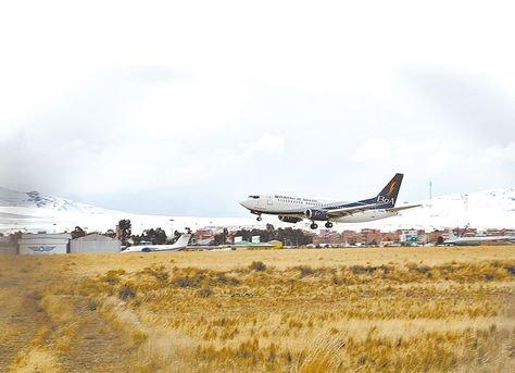 Aeronave. Un avión de BoAdespega del Aeropuerto Internacional de El Alto.