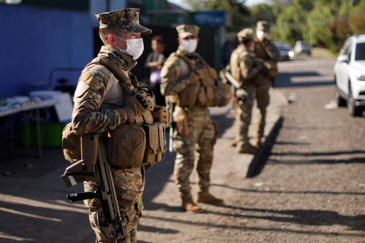 Soldados apostados frente a un centro médico en Concepción (Reuters)