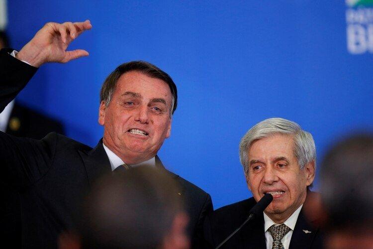 Jair Bolsonaro junto al ministro Augusto Heleno, quien dio positivo por coronavirus (Reuters/archivo)