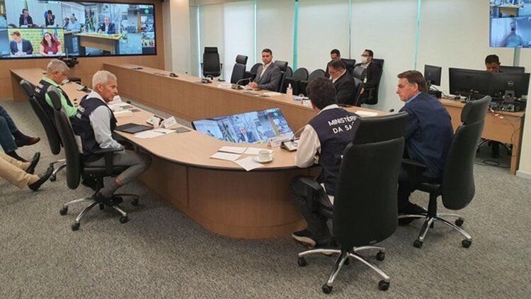 Bolsonaro con el equipo que coordina las tareas para frenar la pandemia en Brasil