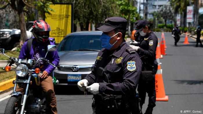 Foto de policía salvadoreño con mascarilla