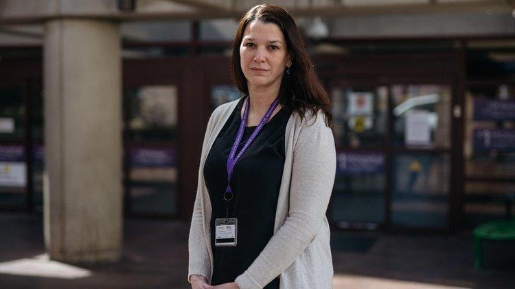 Laura Evans, quien trabaja con líderes de la salud en el estado de Washington para dilucidar cómo implementar los planes de triaje, en el Centro Médico de la Universidad de Washington en Seattle (foto: Grant Hindsley/The New York Times)