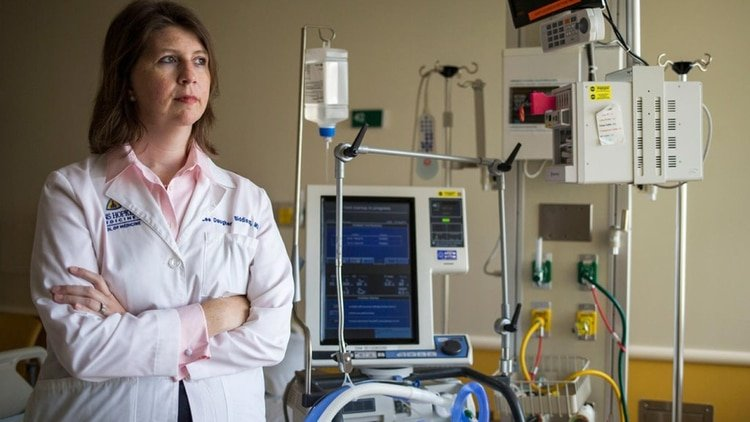 Dr. Lee Daugherty Biddison en el hospital Johns Hopkins, ayudó a crear un plan de racionamiento en caso de crisis (foto: Al Drago/The New York Times)
