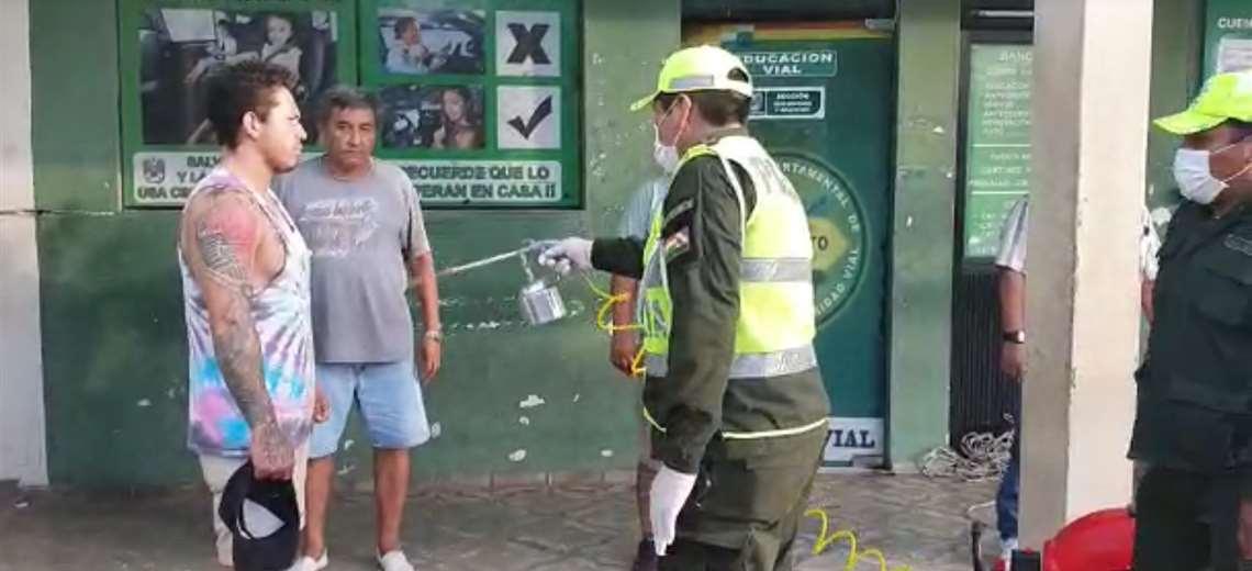 Los policías de Tránsito desinfectan a los infractores a la cuarentena