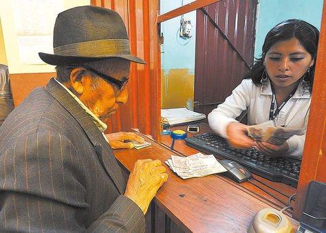 Trabajo. Un jubilado recibe su renta del sistema de pensiones.