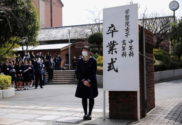 La princesa japonesa Aiko, hija del emperador Naruhito y de la emperatriz Masako, usando una máscara facial protectora, asiste a su ceremonia de graduación en la escuela secundaria femenina Gakushuin en Tokio, Japón 22 de marzo de 2020 (REUTERS/Issei Kato/Pool)